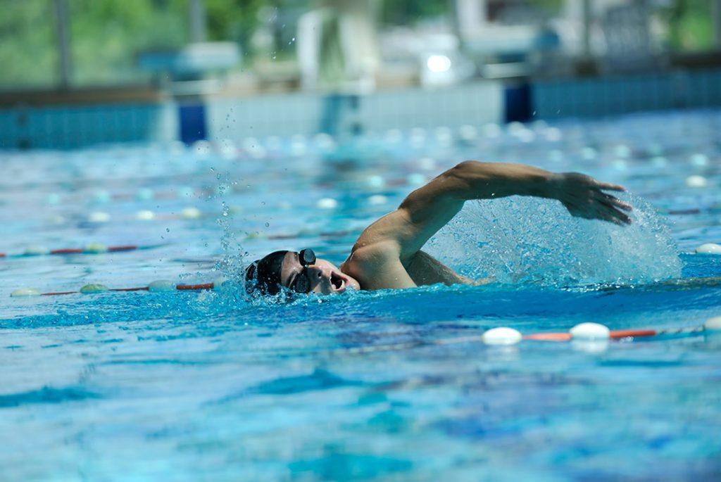 vrije slag in een zwembad