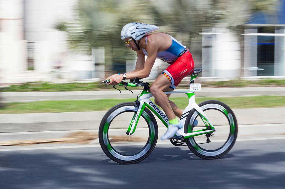triatleet bezig met het fiets gedeelte van de triatlon