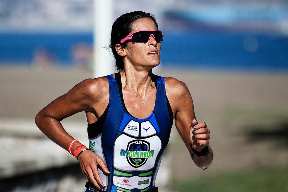 vrouw bezig met het laatste onderdeel van de triatlon, hardlopen