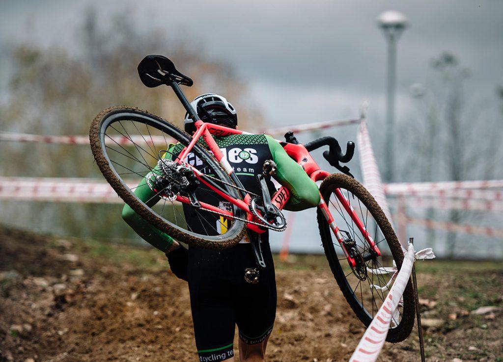 cyclocross, veldrijden op een aangepaste racefiets met bredere banden