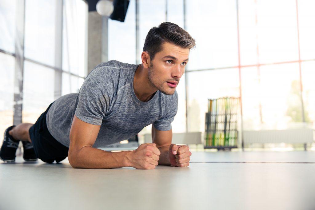 Man aan het planken thuis, thuis trainen